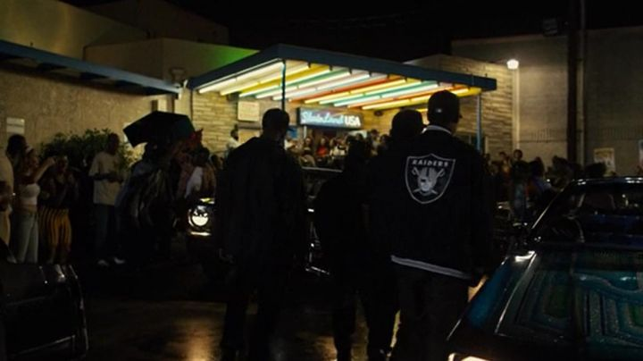 The jacket of the Oakland Raiders in scope by Dr Dre (Corey Hawkins) in NWA : Straight Outta Compton movie