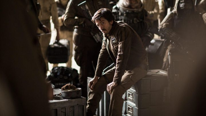 Fashion Trends 2021: The jacket of the captain Cassian Andor (Diego Luna) in Rogue One : A Star Wars Story