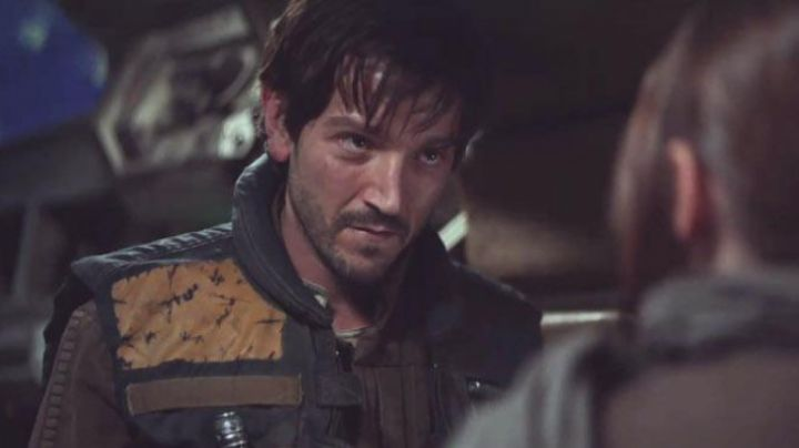 The jacket with yoke yellow Cassian Andor (Diego Luna) in Rogue One : A Star Wars Story - Movie Outfits and Products