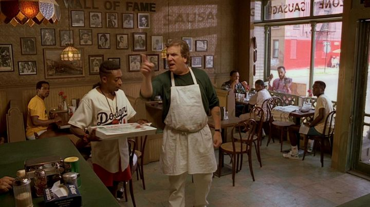 The jersey 42 of the Dodgers from Brooklyn to Mookie (Spike Lee) in Do the right thing - Movie Outfits and Products