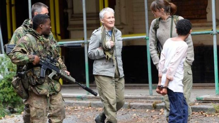 The khaki parka of Caroline Caldwell (Glenn Close) in The Last Girl - Movie Outfits and Products