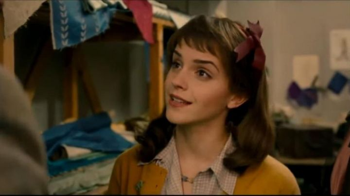 The knot hair of Lucy (Emma Watson) in ' My Week With Marilyn - Movie Outfits and Products