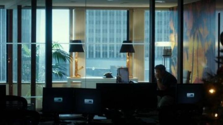 The lamp-Kalashnikov gold in the office of Efraim Diveroli (Jonah Hill) in War Dogs - Movie Outfits and Products