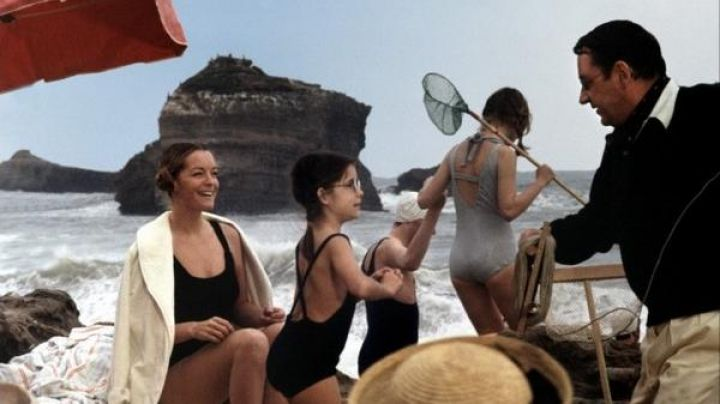 The large beach of Biarritz in The grand rifle - Movie Outfits and Products