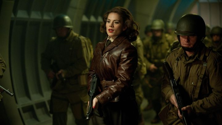 The leather jacket brown of Peggy Carter (Hayley Atwell) in Captain America : The First Avenger - Movie Outfits and Products