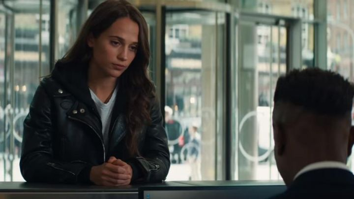 The leather jacket of Lara Croft (Alicia Vikander) in Tomb Raider - Movie Outfits and Products