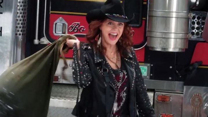 The leather jacket studded from the mother of Carla (Susan Sarandon) in A Bad Moms Christmas