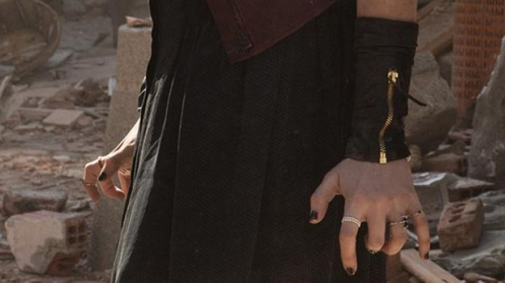 The leather strap of Wanda Maximoff (Elizabeth Olsen) in Avengers : Age of Ultron - Movie Outfits and Products