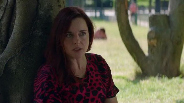 The leopard dress in black and red of Edith (Laure Calamy) in Sibyl Movie