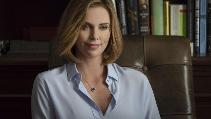 The light blue shirt of Charlotte Field (Charlize Theron) in Seduce me if you can ! Movie
