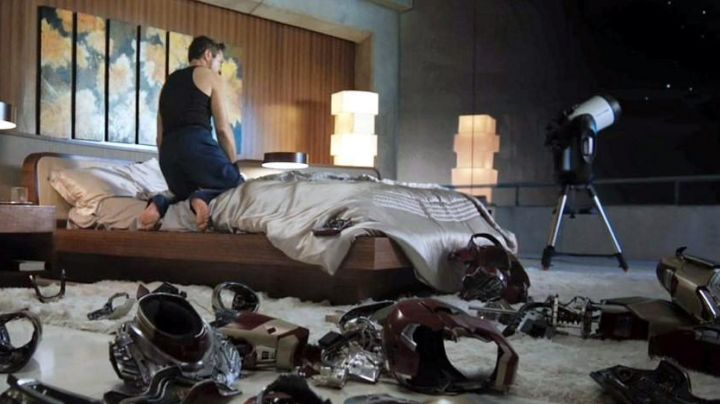 The light fixture in Tony Stark (Robert Downey Jr) in Iron Man 3 - Movie Outfits and Products