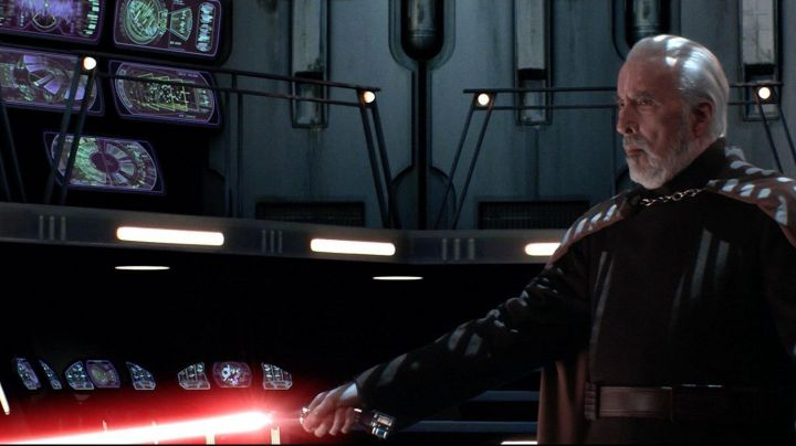 The lightsaber of Count Dooku (Christopher Lee) in Star Wars Episode III : revenge of The Sith - Movie Outfits and Products