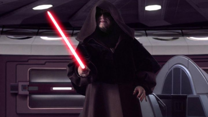 The lightsaber of Darth Sidius (Ian McDiarmid) in Star Wars III : revenge of The Sith - Movie Outfits and Products