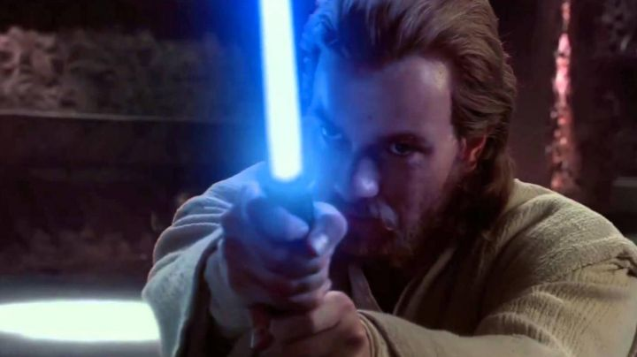 The lightsaber of Obi-Wan Kenobi (Ewan McGregor) in Star Wars II : attack of The clones - Movie Outfits and Products