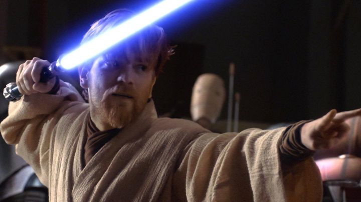 The lightsaber of Obi-Wan Kenobi (Ewan McGregor) in Star Wars III : revenge of The Sith - Movie Outfits and Products