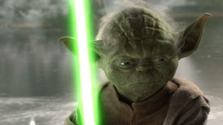 The lightsaber of Yoda in Star Wars III : revenge of The Sith - Movie Outfits and Products