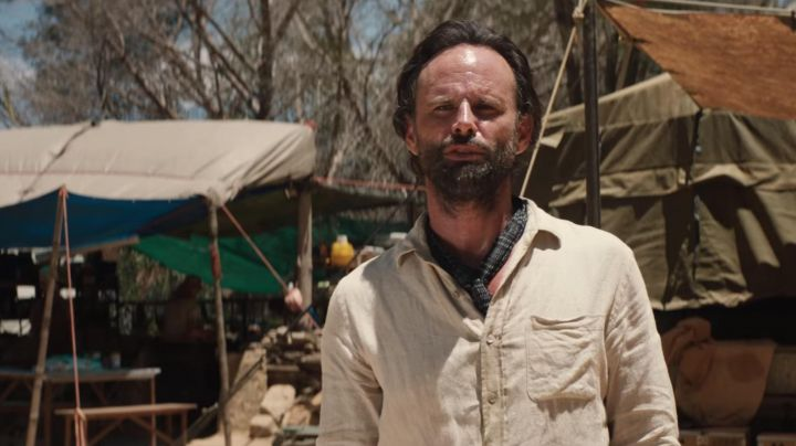 The linen shirt of Mathias Vogel (Walton Goggins) in Tomb Raider 2018 - Movie Outfits and Products