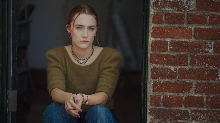 The little green sweater short sleeves of Christine McPherson (Saoirse Ronan) in Lady Bird - Movie Outfits and Products