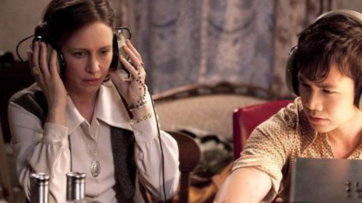 The locket Lorraine Warren (Vera Farmiga) in the movie Conjuring - Movie Outfits and Products