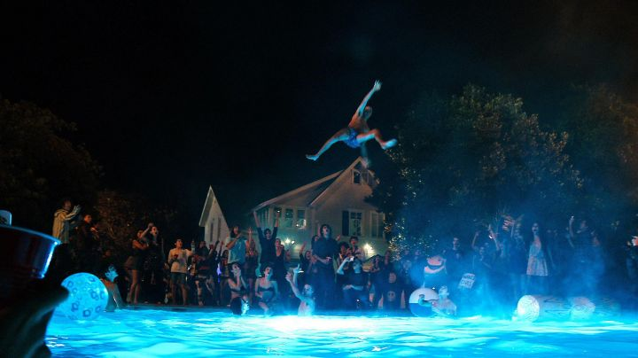 The log of wood inflatable in the pool of Project X - Movie Outfits and Products