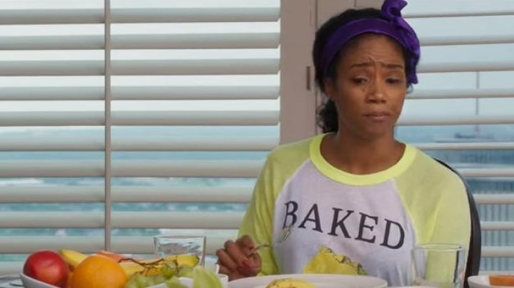 The long sleeve t-shirt Baked Dina in Girls trip - Movie Outfits and Products