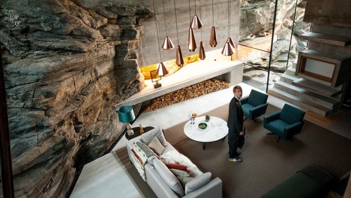 The luminaires suspensions coppery David Derksen from the ceiling in the home of Nathan (Oscar Isaac in Ex Machina Movie