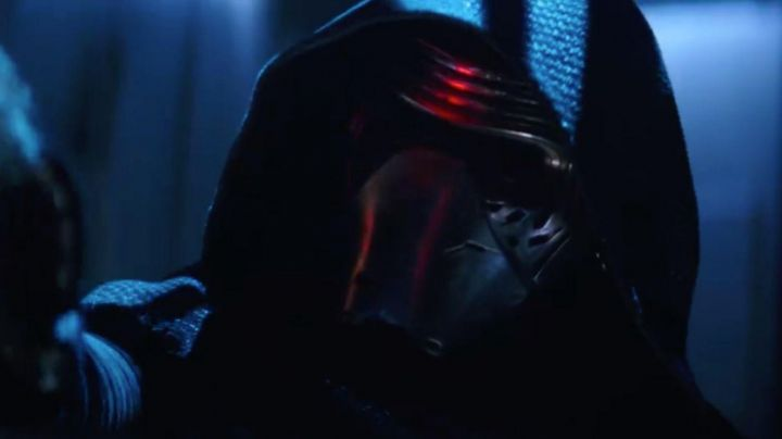 """The maasque of Kylo Ren (Adam Driver) in """" Star Wars VII : The awakening of the force - Movie Outfits and Products"""