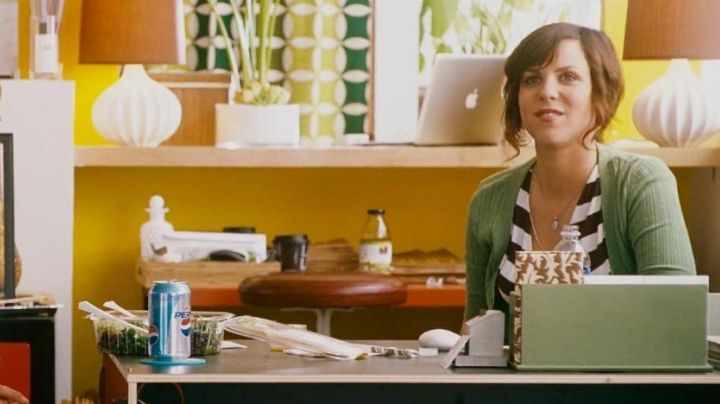 The macbook Air, and Hailey (Sarah Burns) in I Love You, Man - Movie Outfits and Products