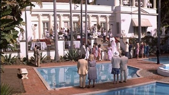 The mansion of Tony Montana (Al Pacino) in Scarface - Movie Outfits and Products