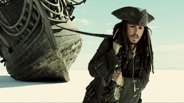 The mantle of Jack Sparrow (Johnny Depp) in Pirates of the Caribbean - Movie Outfits and Products