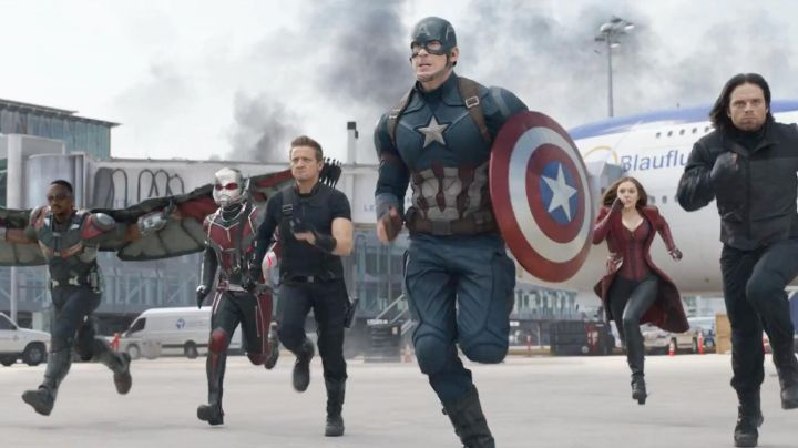 The mask and shield of Captain America / Steve Rogers (Chris Evans) in Captain America : Civil War - Movie Outfits and Products