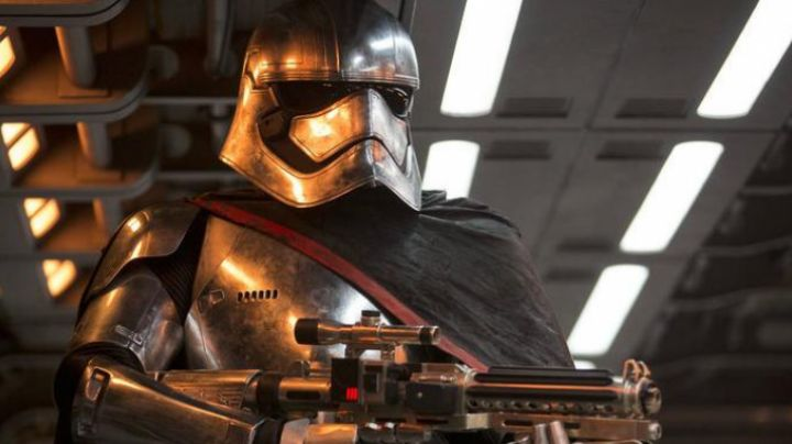 """The mask of the Captain Phasma (Gwendoline Christie) in """" Star Wars VII : the awakening of the Force - Movie Outfits and Products"""