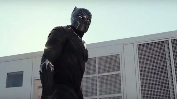 The mask with led's Black Panther / T Challa (Chadwick Boseman) in Captain America : Civil War Movie