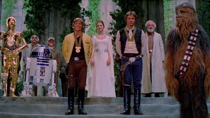 The medal of Yavin received by Luke Skywalker (Mark Hamill) in Star Wars IV : A new hope - Movie Outfits and Products