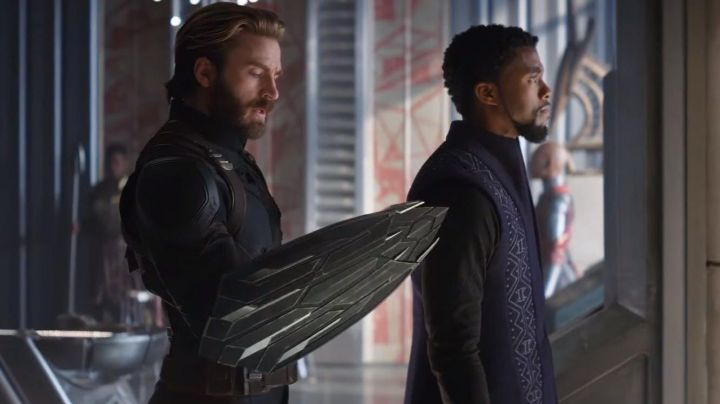 The metal shield for Captain America (Chris Evans) in the Avengers : Infinity War - Movie Outfits and Products