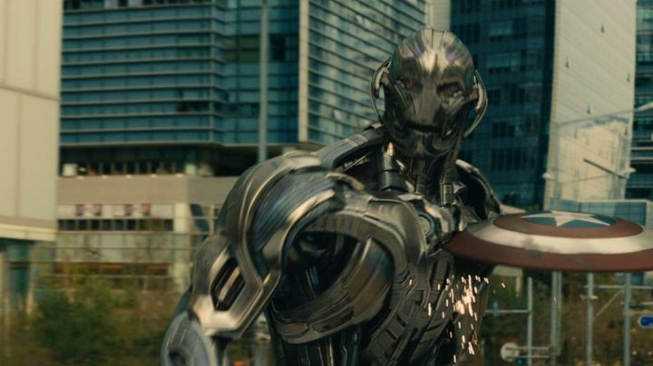The metal shield of Captain America / Steve Rogers (Chris Evans) in the Avengers : Age of Ultron - Movie Outfits and Products