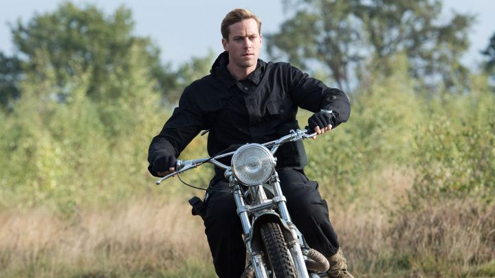 The metisse motorcycle of Illya (Armie Hammer) in The Man from U.N.C.L.E. - Movie Outfits and Products