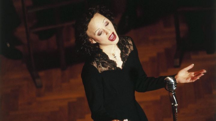 The microphone vintage Edith Piaf (Marion Cotillard) in La vie en rose - Movie Outfits and Products