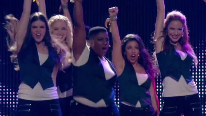 """The microphones of the roses of the girls in """"Pitch Perfect 2"""" - Movie Outfits and Products"""