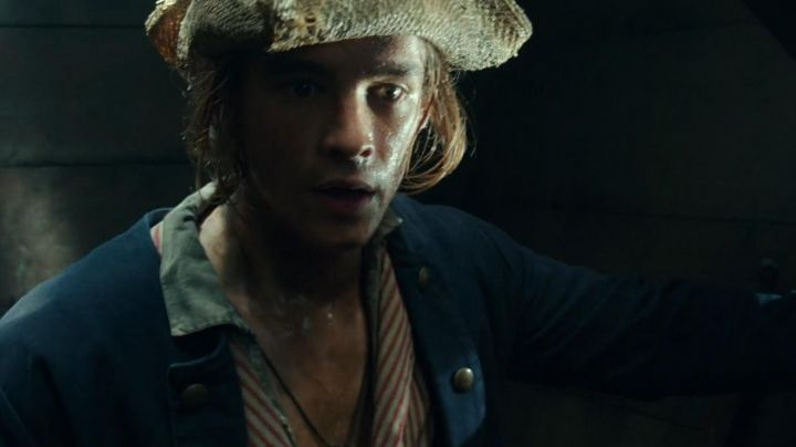 """Fashion Trends 2021: The military jacket of Henry Turner (Brenton Thwaites) in """" Pirates of the Caribbean : The Revenge of Salazar"""