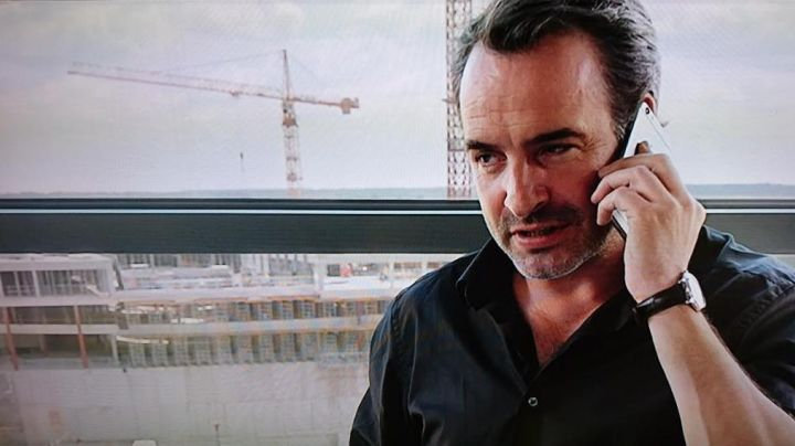 The mobile phone Apple of Alexandre (Jean Dujardin) in A man at the height - Movie Outfits and Products