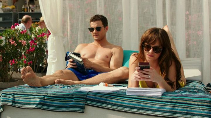 The mobile phone Under Anastasia Steele (Dakota Johnson) in Fifty shades lighter - Movie Outfits and Products