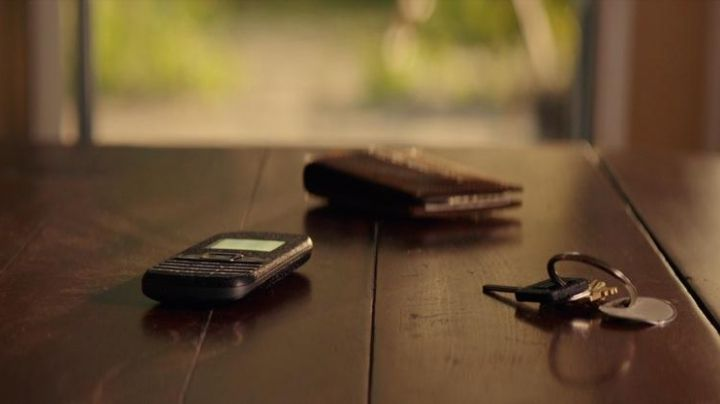 "The mobile phone black of Dawson Cole (James Marsden) in ""A second chance"" - Movie Outfits and Products"