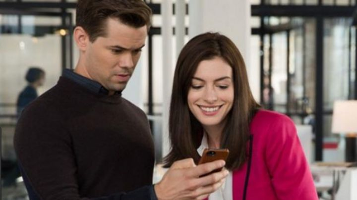 The mobile phone of Cameron (Andrew Rannells) in The new intern - Movie Outfits and Products