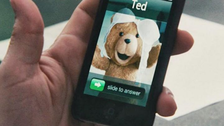 The mobile phone of John Bennett (Matt Wahlberg) in Ted - Movie Outfits and Products