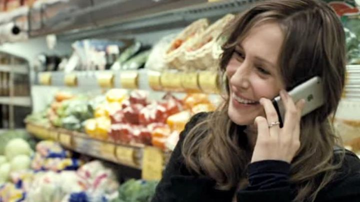 The mobile phone of Kate Coleman (Vera Farmiga) in Esther - Movie Outfits and Products