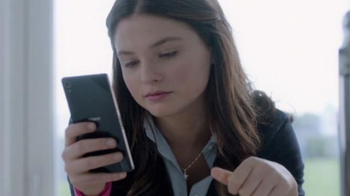 The mobile phone of Nancy (Stefanie Scott) in I. T. - Movie Outfits and Products