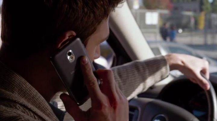 The mobile phone of Noah Sandborn (Ryan Guzman) in A neighbor too perfect - Movie Outfits and Products