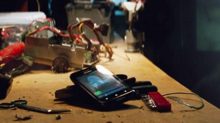 The mobile phone of Peter Parker (Adrew Garfield) in The Amazing Spiderman 2 - Movie Outfits and Products