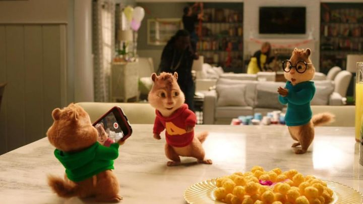 The mobile phone seen in Alvin and the Chipmunks 4 : To the max - Movie Outfits and Products